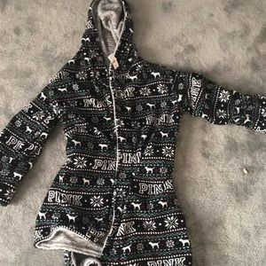 reversible robe that is Christmas and gray  Tags